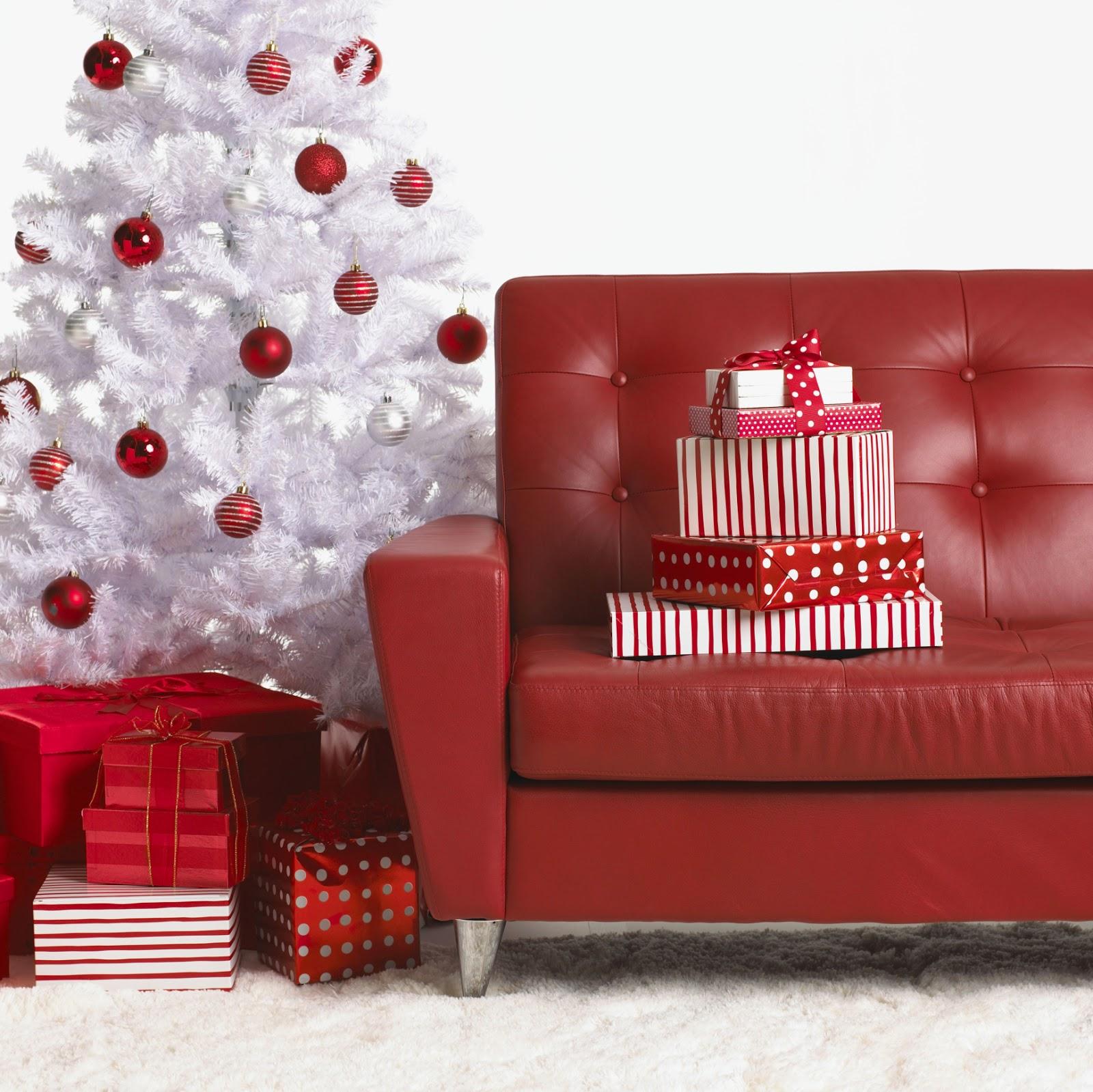 Кожаный диван в новогоднем интерьере