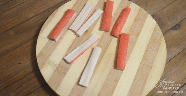 Роллы с икрой мойвы, авокадо и крабовыми палочками