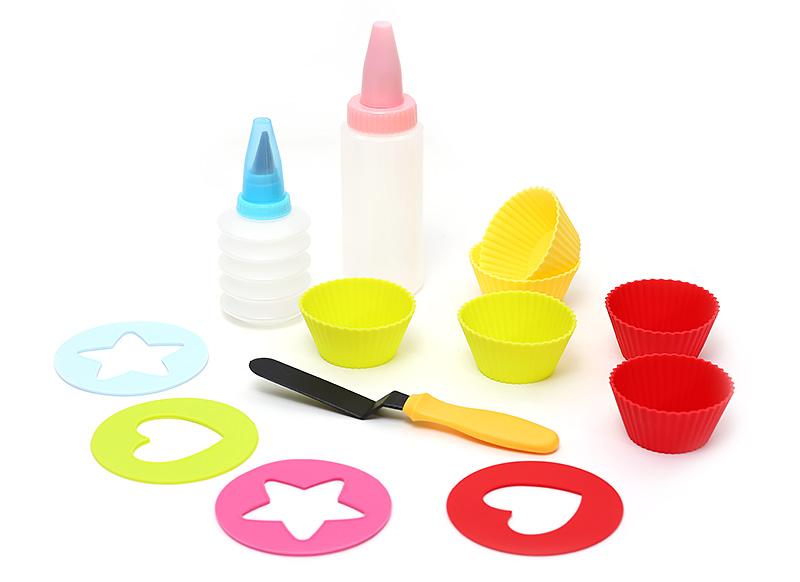 Детский набор для выпечки : 6шт миниформ для выпечки; 2шт бутылочки с насадками для декорации; 4шт трафаретов; 1шт лопатка сервировочная BonaDi 550148