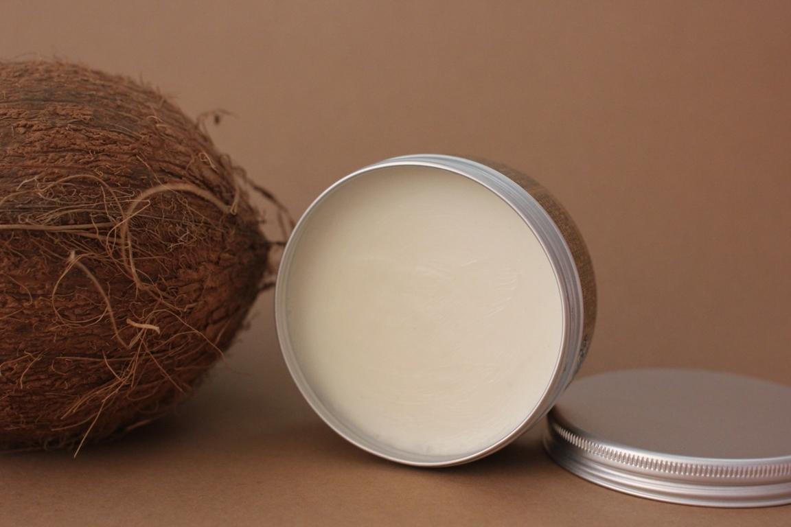Кокосовый орех и масло в баночке