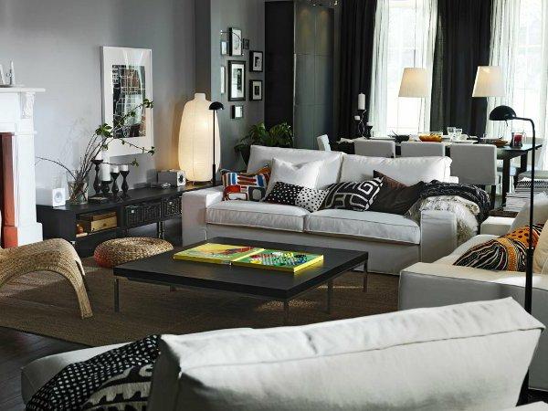 Четкие линии дивана и журнального столика