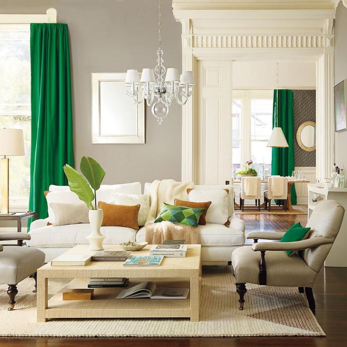 Деревянный журнальный столик как дополнение к свежему интерьеру — растения, зеленые шторы и диванные подушки
