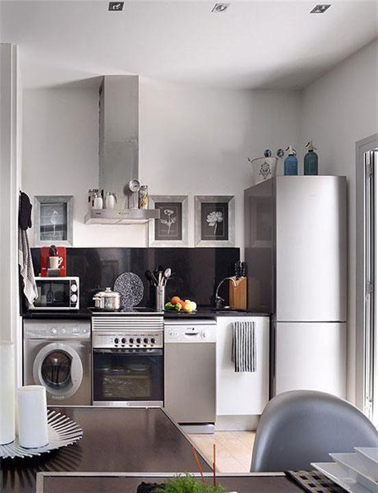 Большое количество бытовой техники на маленькой кухне