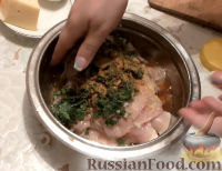 Фото приготовления рецепта: Куриные рулетики с грибами - шаг №9