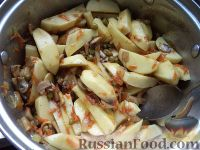 Фото приготовления рецепта: Жаркое из картошки с грибами - шаг №8