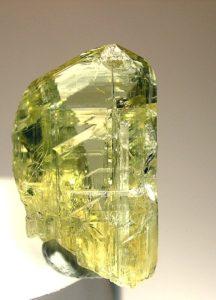 Камень цоизит желтого цвета