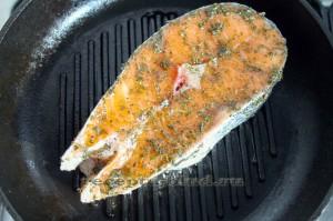 Стейк лосося на сковороде гриль