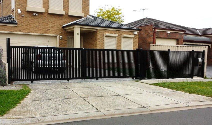 Пример установленных откатных ворот на участке