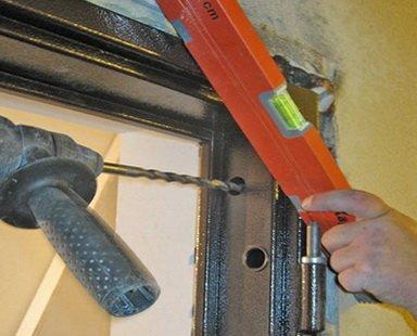 Закрепление верхнего анкера со стороны петель