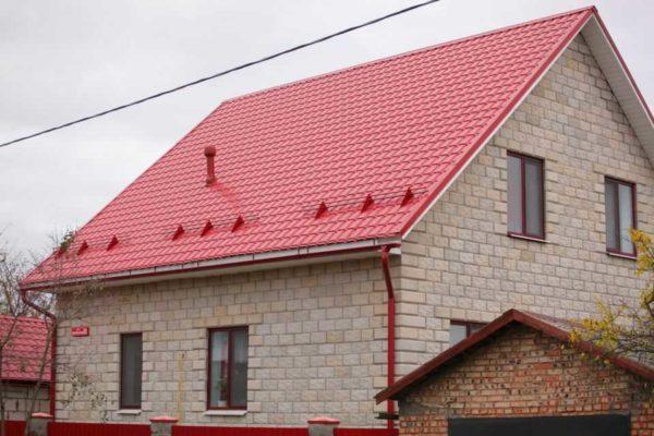Крыша из металлочерепицы с покрытием из полиэcтера (PE)