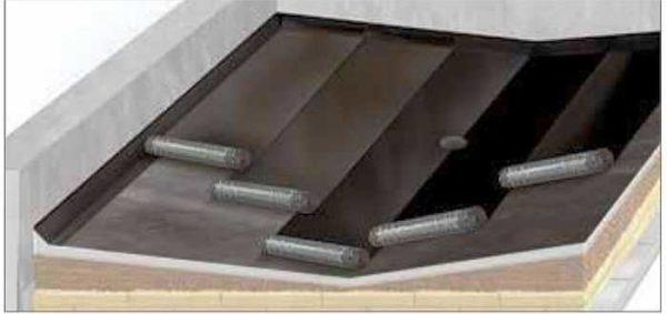 Укладка материала в ендове (снизу еще уложен дополнительный слой