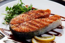 стейк из рыбы на сковороде