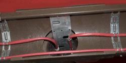 Крепление кабеля в водосточной трубе на двойной монтажной ленте