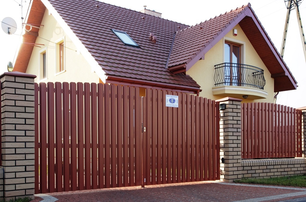 ворота и забор из штакетника Баррера
