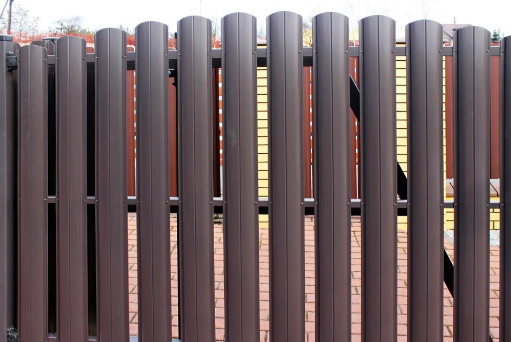 Barrera Grande ― коричневый штакетник, арочная секция
