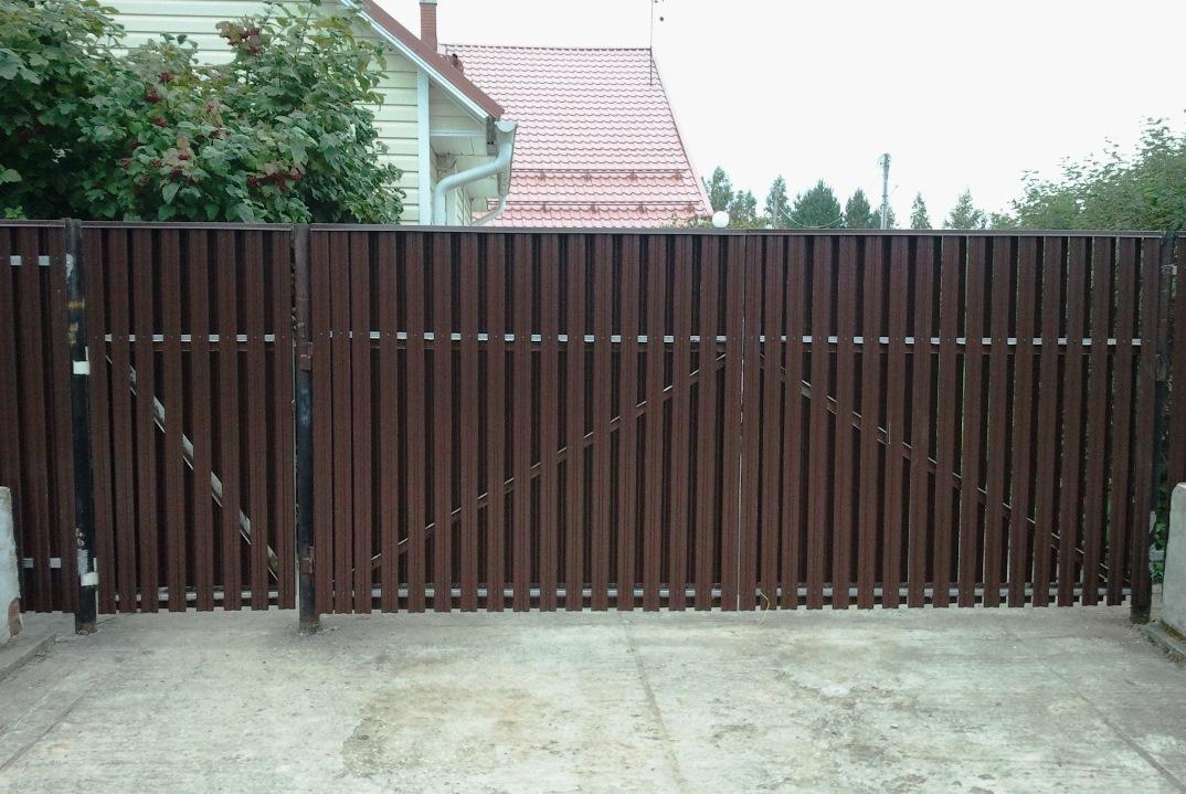 Евроштакетник М-профиль ― коричневый забор и ворота