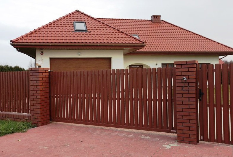 Забор и ворота из металлического евроштакетника
