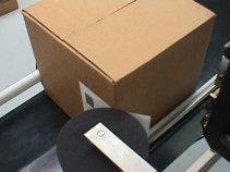Нанесение этикеток на угол коробки