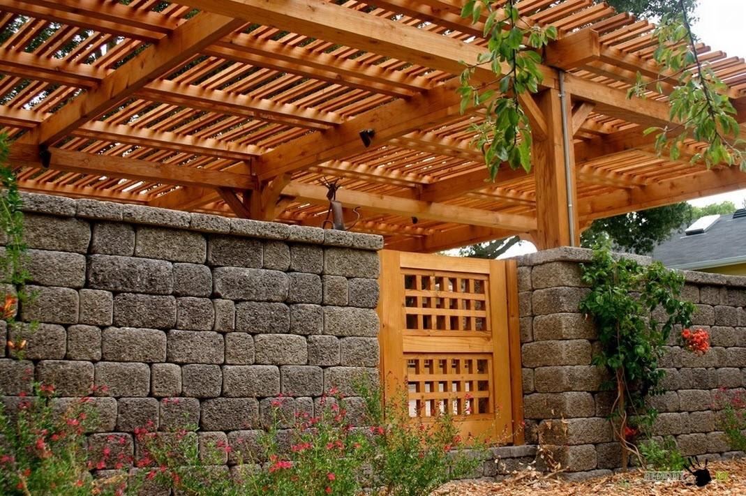 Каменный забор с деревянной калиткой
