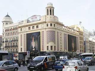 Светодиодные экраны на фасаде здания на площади Callao в Мадриде