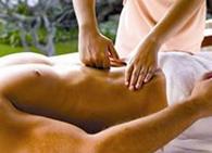 Производит массаж внутренних органов